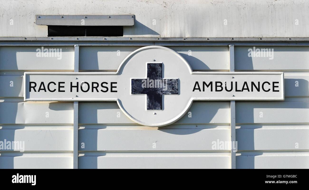 Una visione generale di un'ambulanza di cavalli da corsa a Leicester Racecouse Foto Stock
