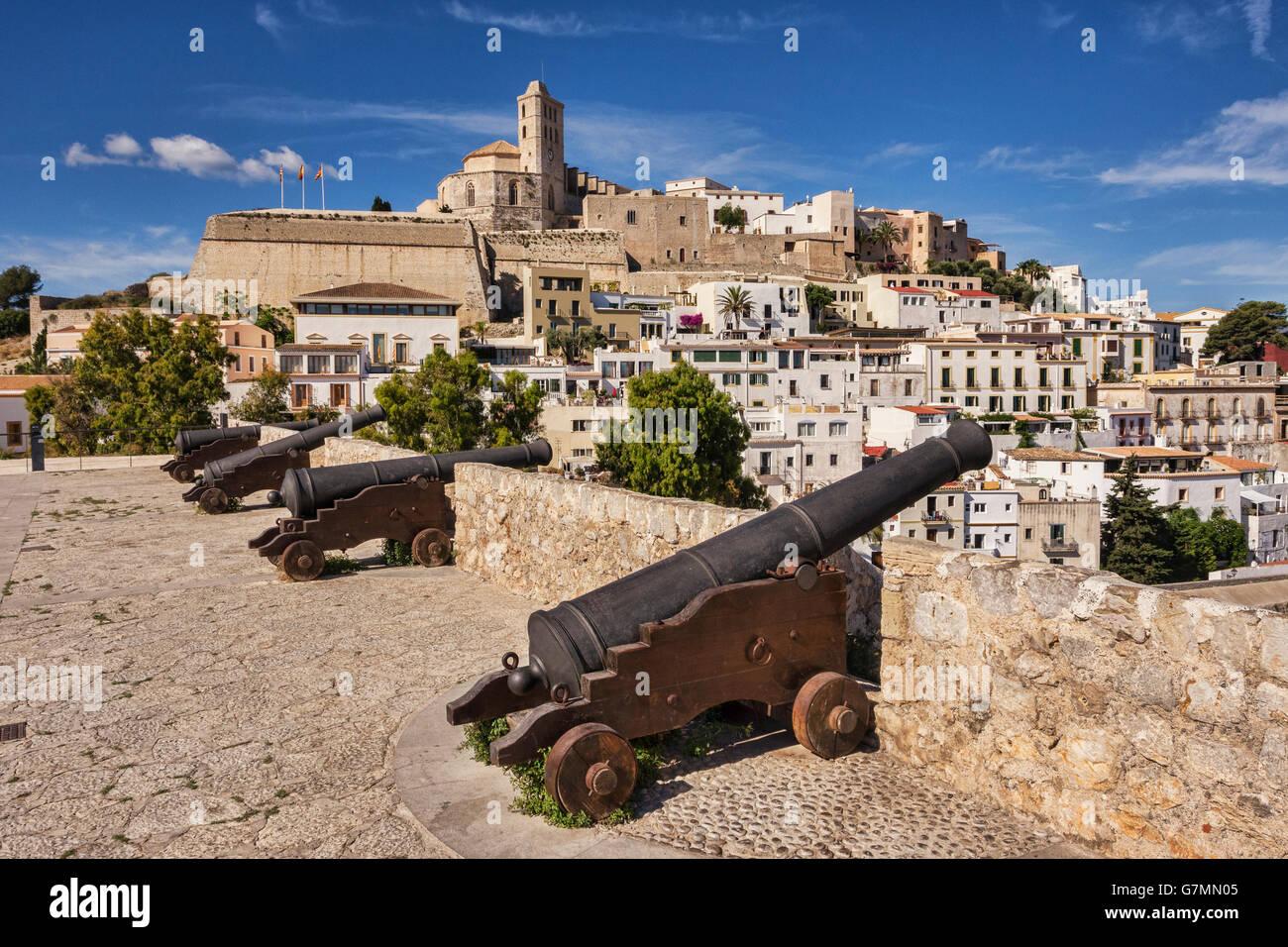 La Dalt Vila, la parte vecchia della città di Ibiza, dominata dalla Cattedrale, e cannone montato sulle pareti Immagini Stock