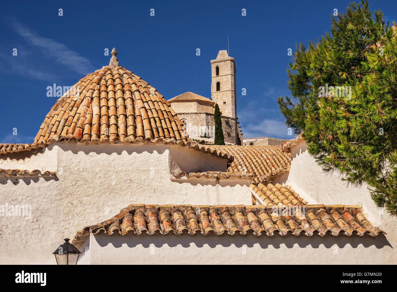 Tetti di Dalt Vila, la parte vecchia della città di Ibiza, dominata dalla Cattedrale, Ibiza, Spagna. Immagini Stock