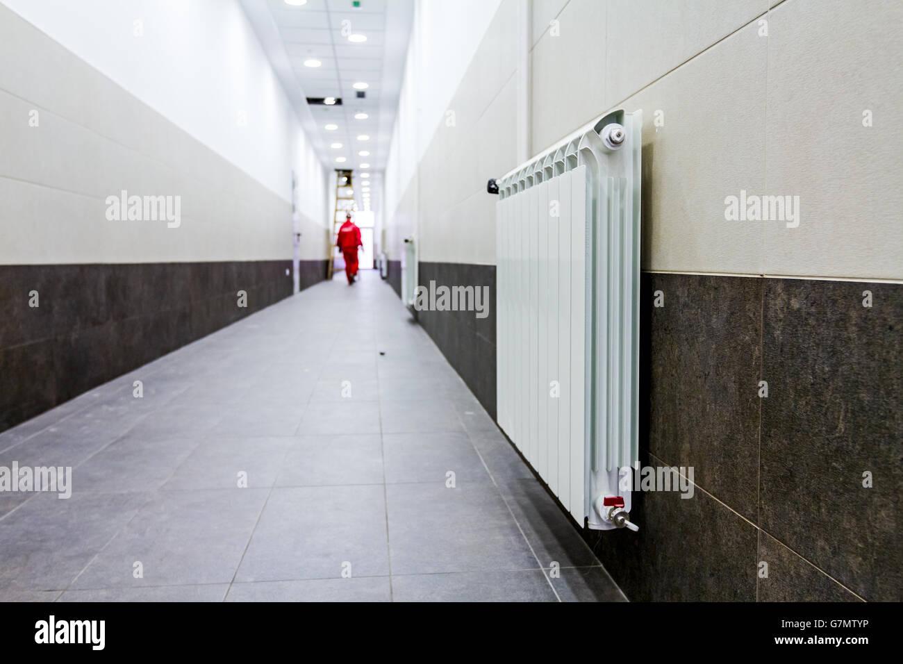 Corridoio Lungo Stretto : Radiatore bianco a lungo stretto corridoio con parete di piastrelle