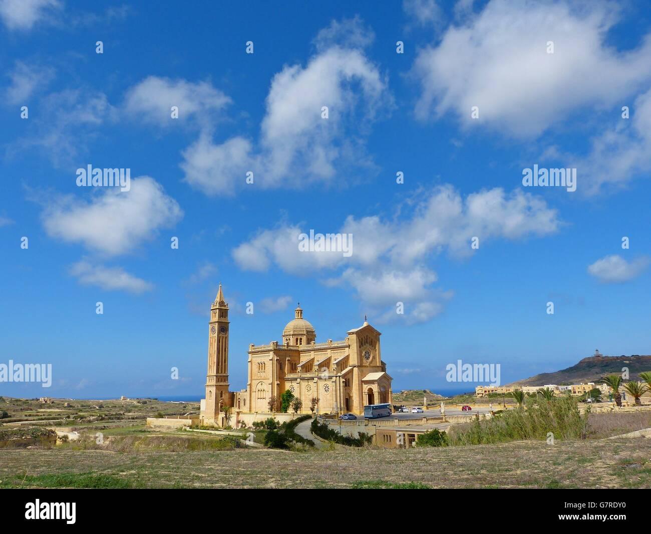 Un enorme lone Basilica di Ta'Pinu che domina la campagna su una collinetta di Gozo Immagini Stock