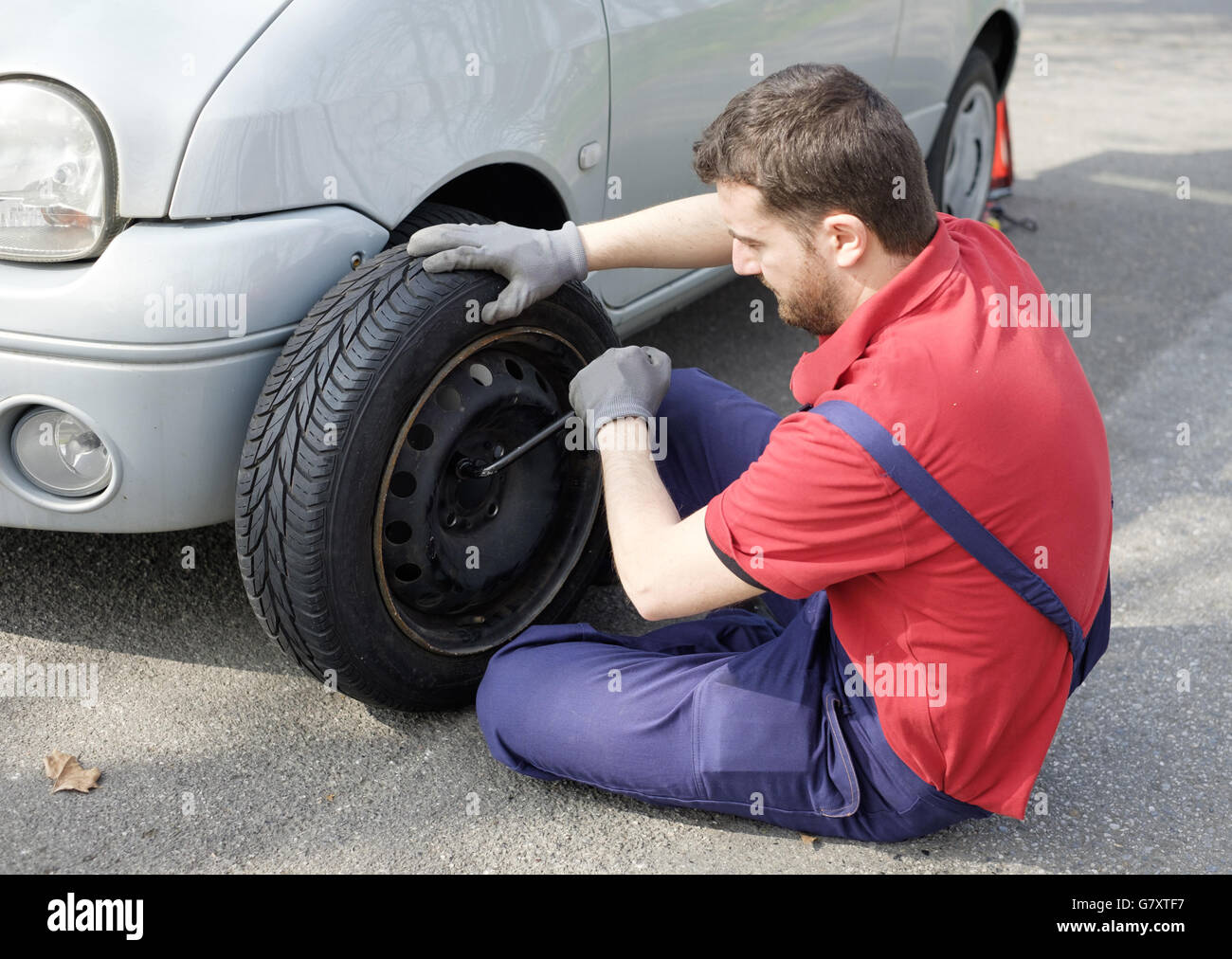 Il fissaggio meccanico di un problema alla vettura dopo un guasto che immobilizza il veicolo sulla strada Immagini Stock