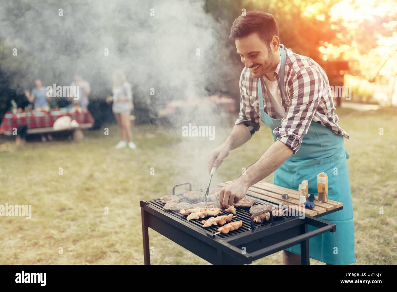 Barbecue in natura essendo fatto da amici Immagini Stock