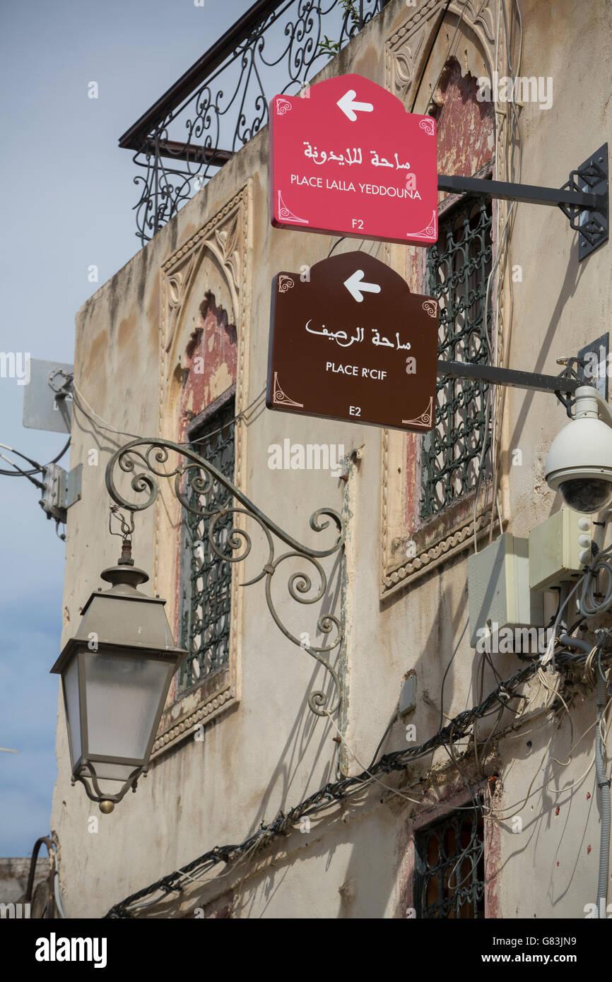 Segnaletica direzionale per l'auto-escursioni a piedi guidate aiutano a guidare i turisti nella vecchia medina Immagini Stock
