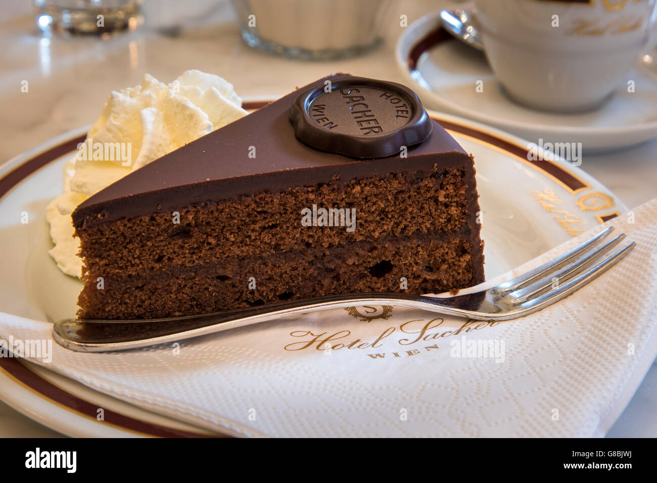 L'originale Sachertorte torta al cioccolato servita presso il Cafe Sacher, Hotel Sacher di Vienna, Austria Immagini Stock