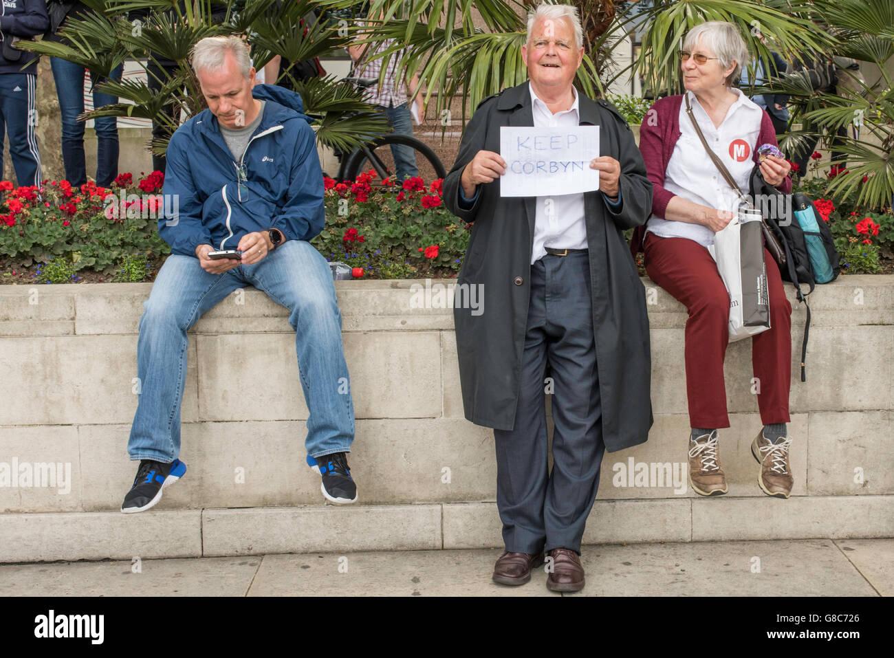 Bruce Kent, il vice-presidente del CND, stando in piedi in piazza del Parlamento, Londra, mostrando il suo supporto Immagini Stock