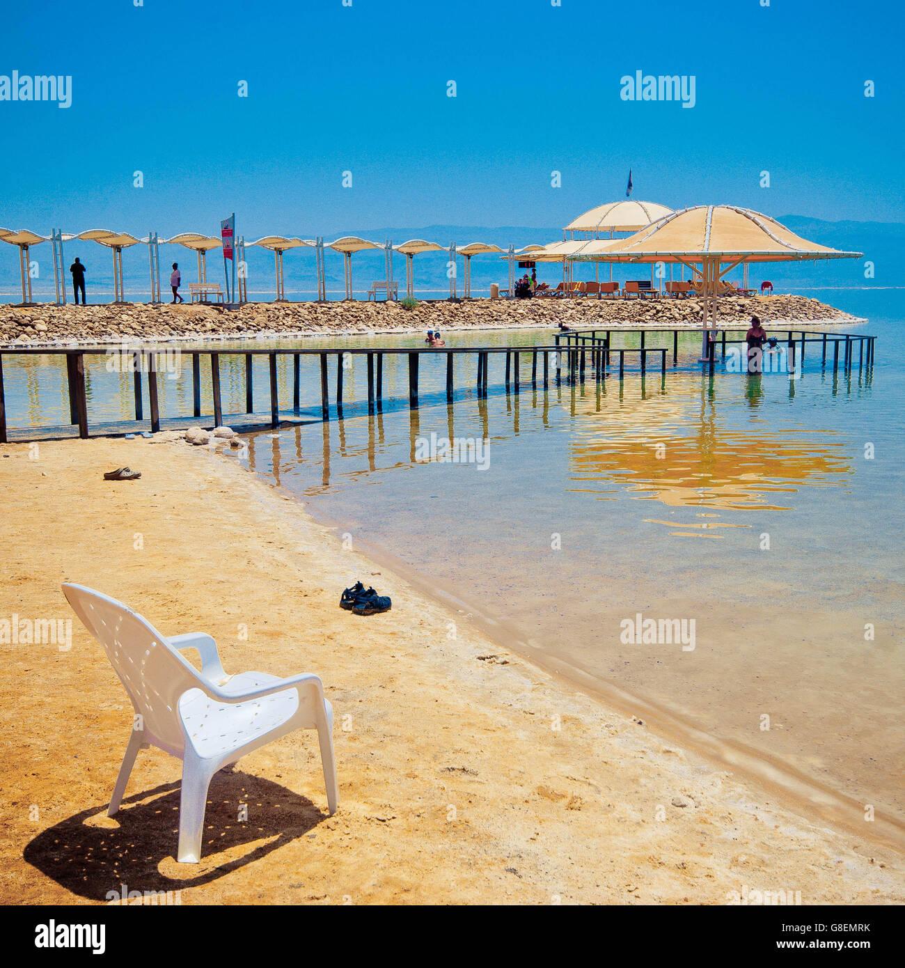 La sedia sulla riva del Mar Morto in Israele. Foto Stock