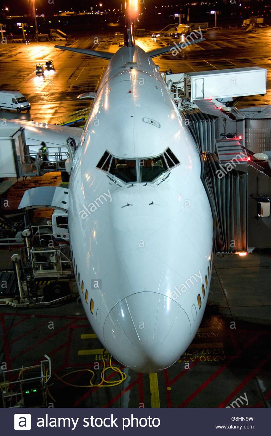 I jumbo jet di notte all'aeroporto di Francoforte Francoforte Hesse, Germania Immagini Stock