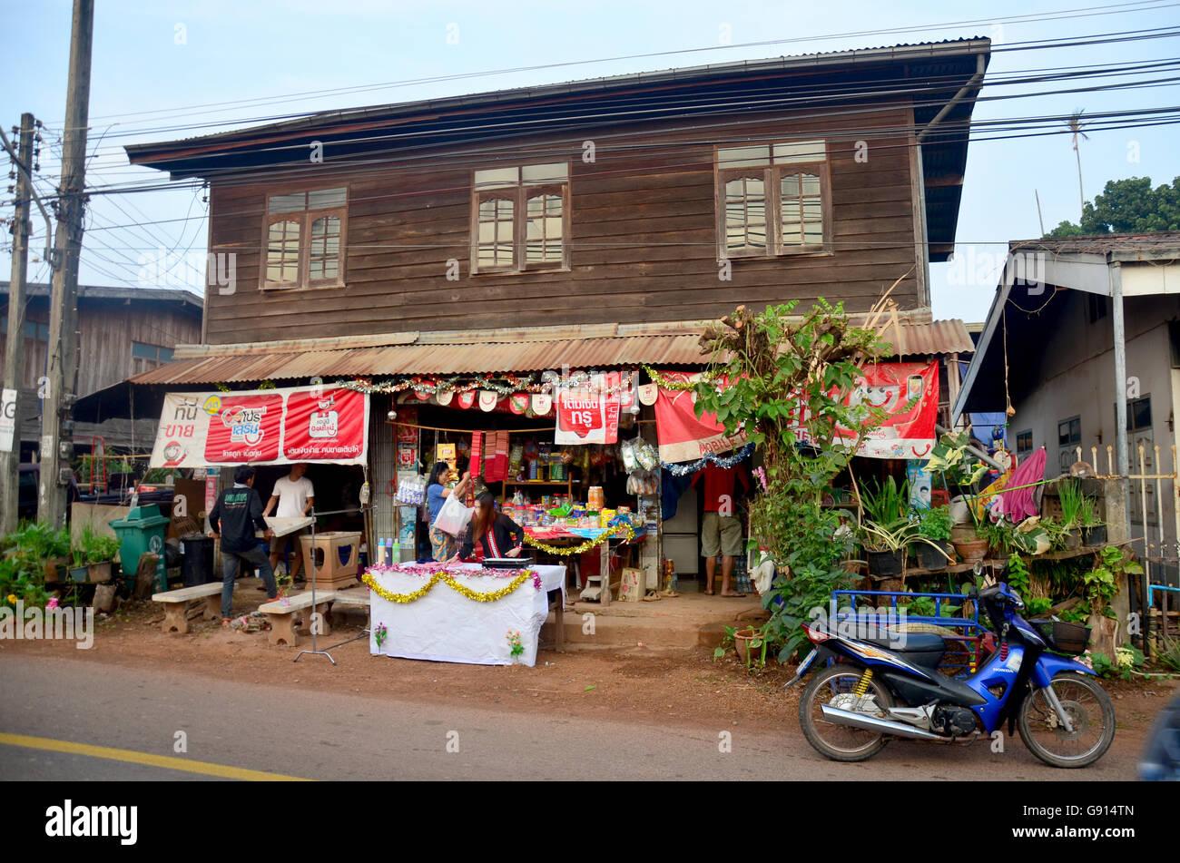 People shopping prodotto presso il negozio di generi alimentari vecchia casa supermercato locale nella mattina tempo Foto Stock