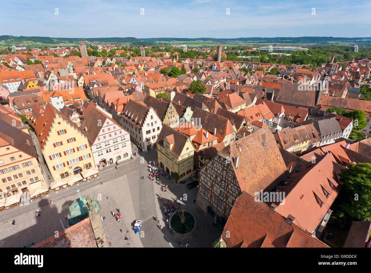 Vista di Marktplatz quadrato come visto da Rathausturm town hall tower, Rothenburg ob der Tauber, Franconia, Bavaria Foto Stock