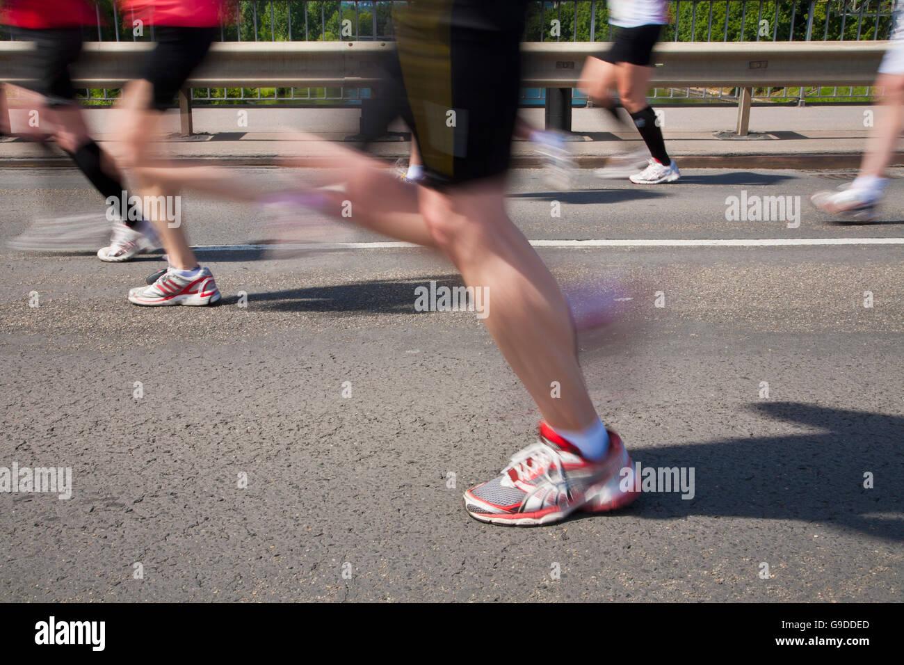 I corridori durante una città mezza maratona, Stuttgarter Zeitung Lauf, Stoccarda, Baden-Wuerttemberg Immagini Stock