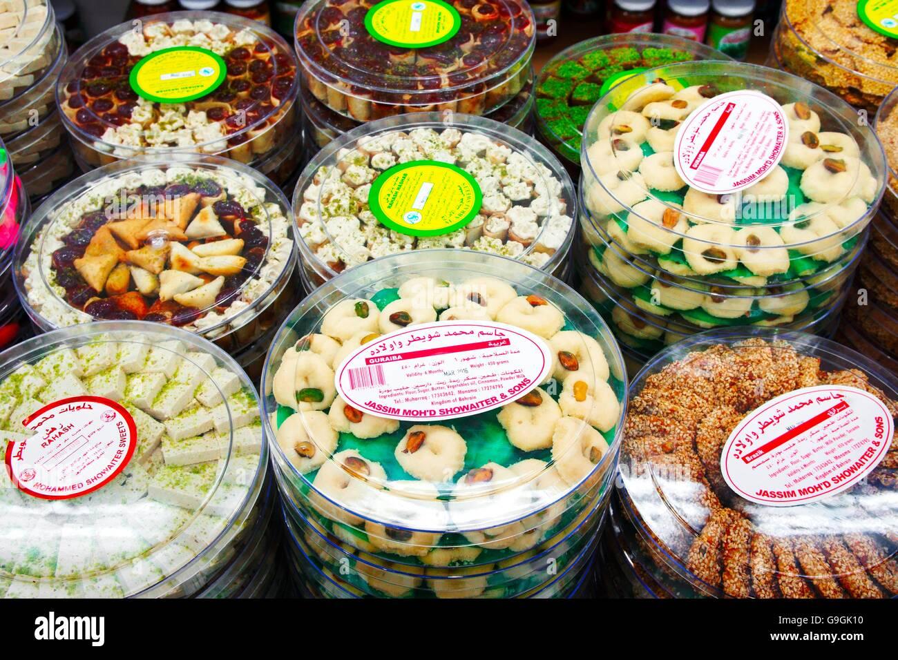 Il famoso hussain mohammed showaiter negozio di dolciumi. muhurraq, Bahrein. rosewater tradizionali, sesamo, pistacchio Immagini Stock