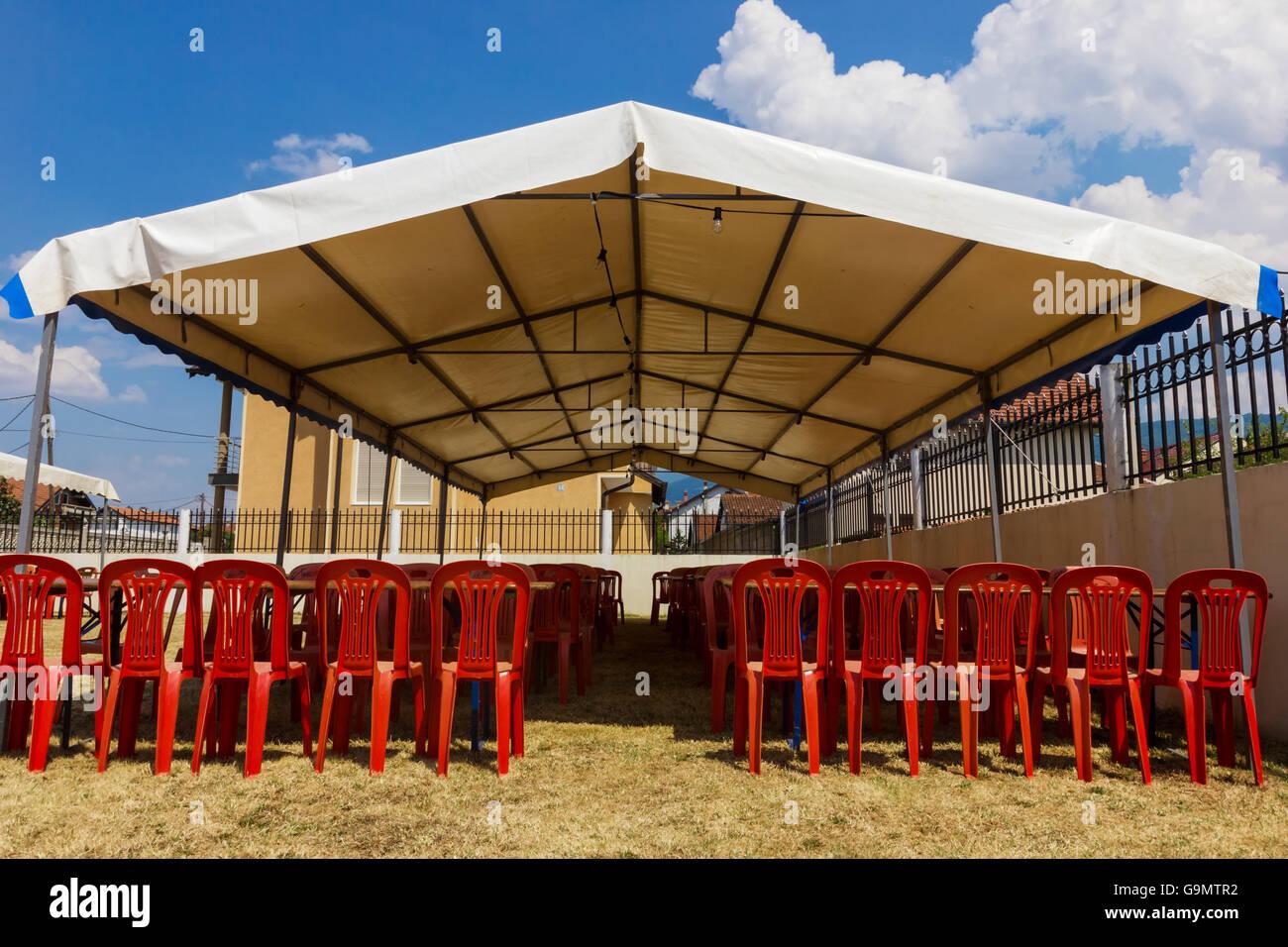 Stock Sedie In Plastica.Intrattenimento Bianco Tenda Rossa Con Sedie Di Plastica In Giardino