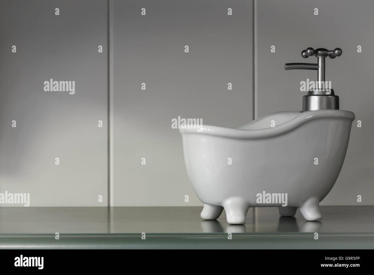 Vasca Da Bagno Piccola Vintage : Vintage piccola vasca da bagno dispenser di sapone sul pannello di