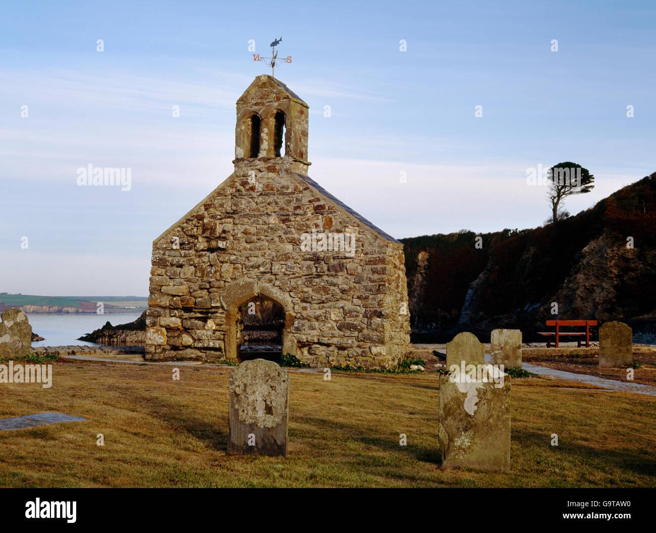 Rimane (W) frontone di Cwm-yr-Eglwys chiesa, Dinas Isola, Pembrokeshire, spazzati via insieme con diversi bungalow Immagini Stock