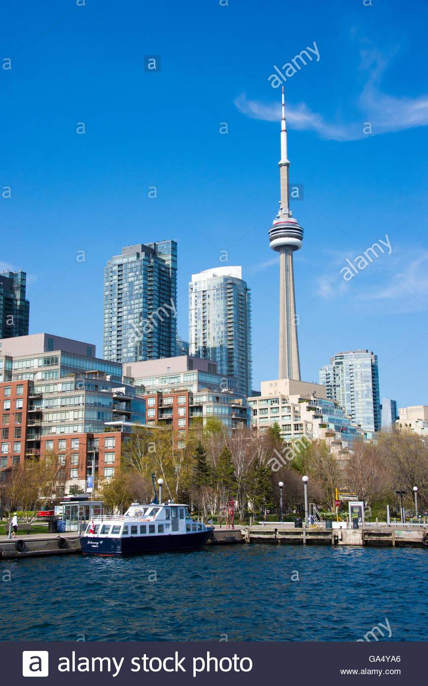 La CN tower a Toronto skyline visto dal lago Ontario. La città offre gite in barca che sono molto popolari Immagini Stock