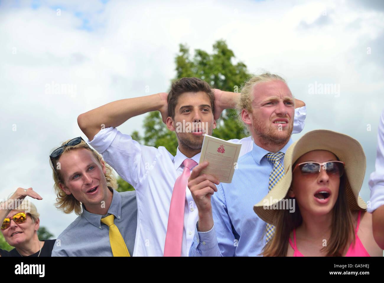 """Henley-on-Thames, Regno Unito. 3 Luglio, 2016. Sostenitori sbalorditi durante i visitatori """" Challenge Cup.la Immagini Stock"""