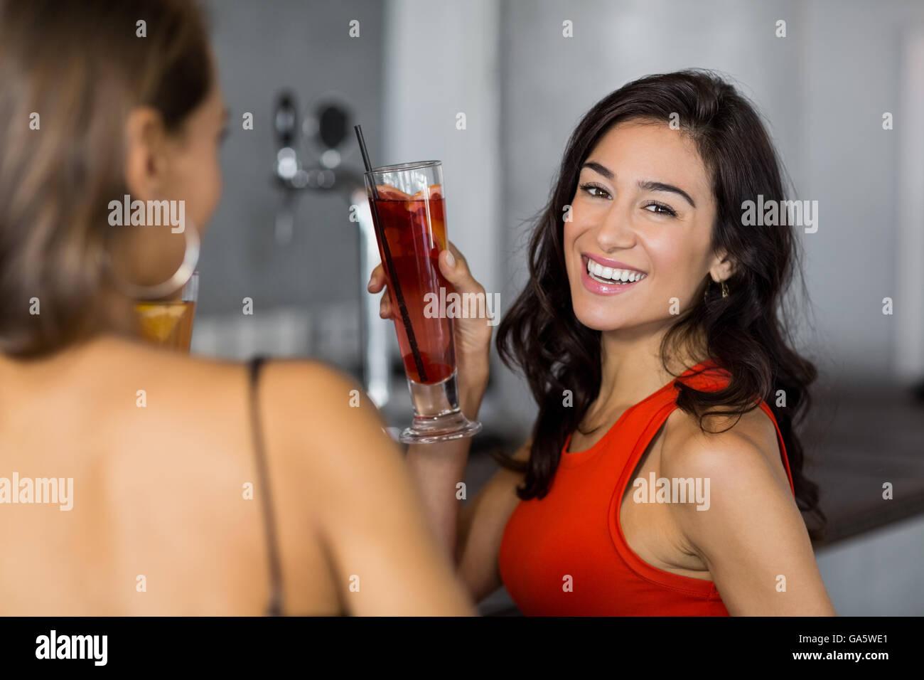Due donne aventi cocktail Immagini Stock