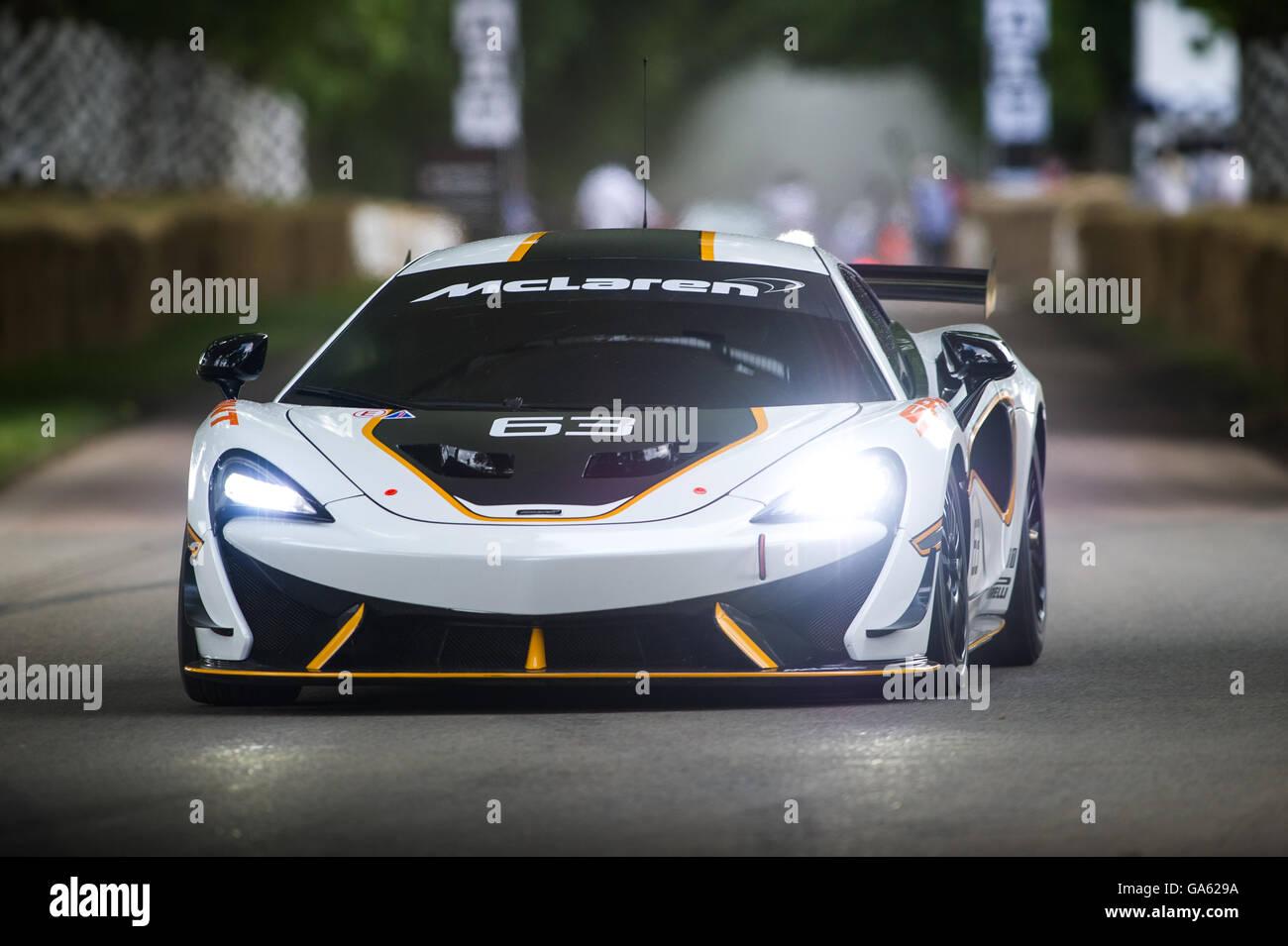 Una McLaren 570S Sprint rigidi fino alla collina durante la super car girare al Festival di Goodwood di velocità Immagini Stock
