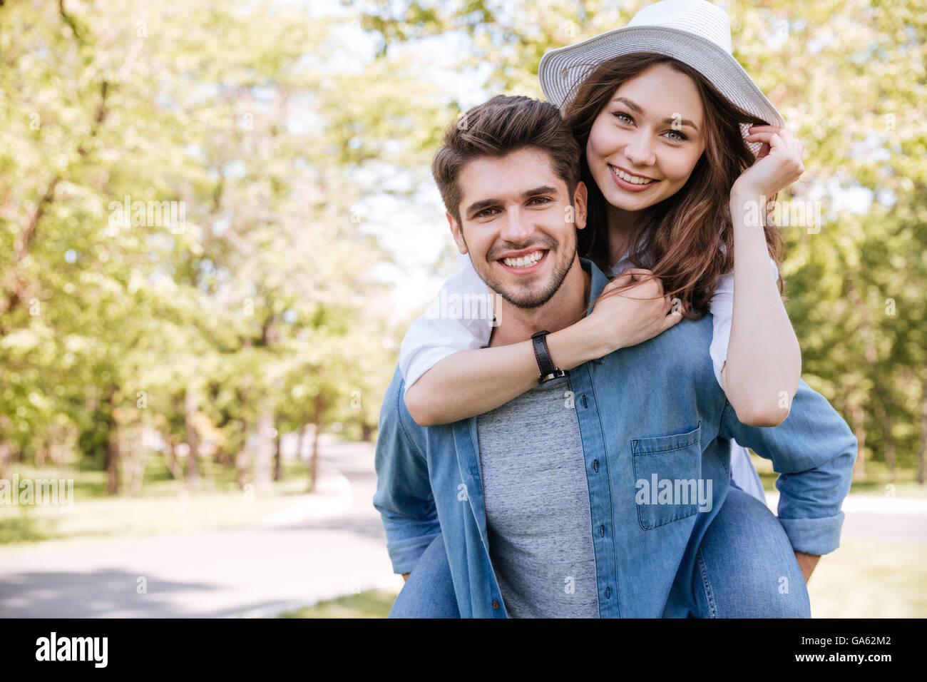 Ritratto di un giovane felice coppia sorridente avendo divertimento all'aperto nel parco Foto Stock