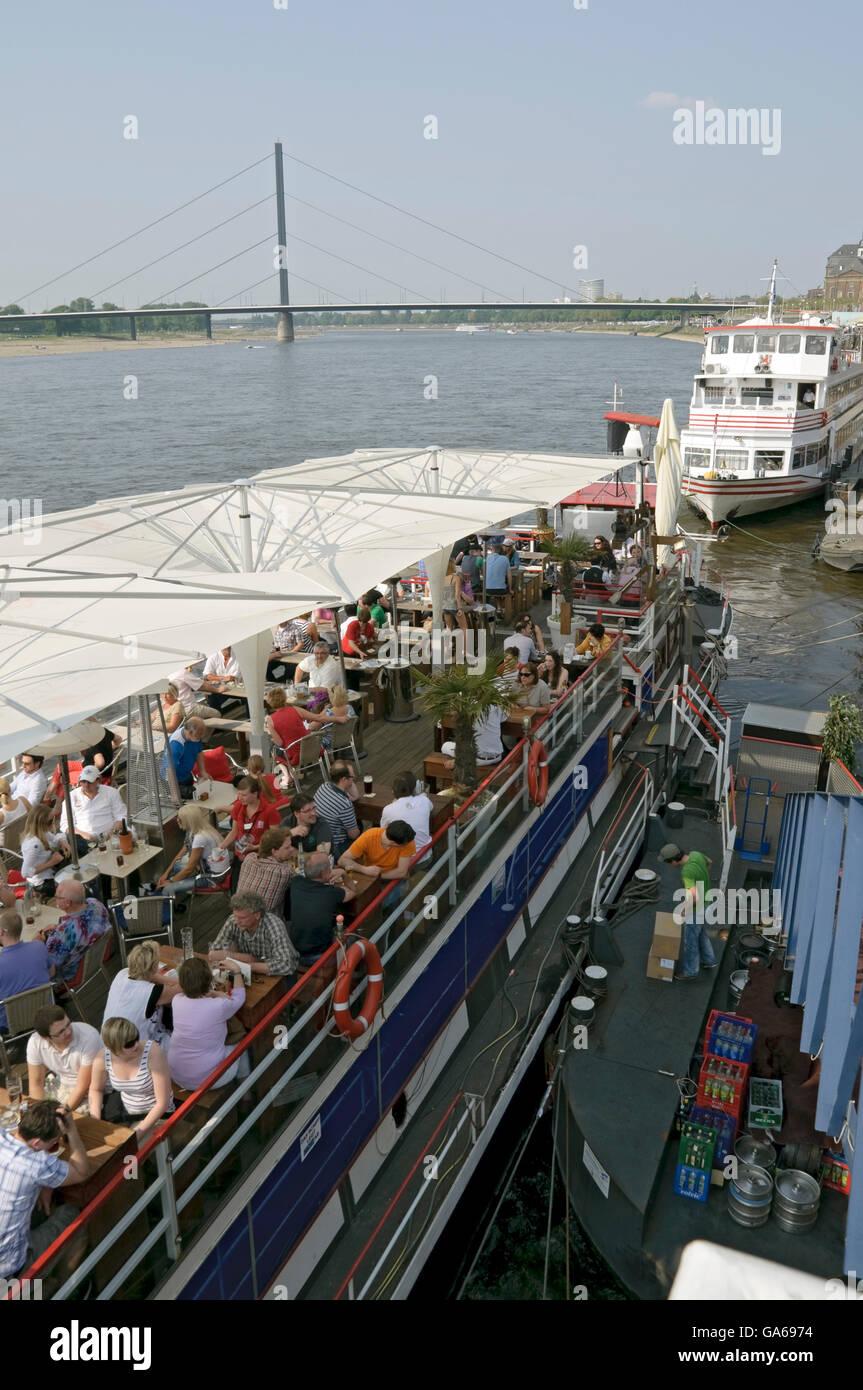 """Gli ospiti sulla gastronomia nave """"Allegro"""" al Kasematten sul lungofiume del Reno, Duesseldorf, nella Immagini Stock"""