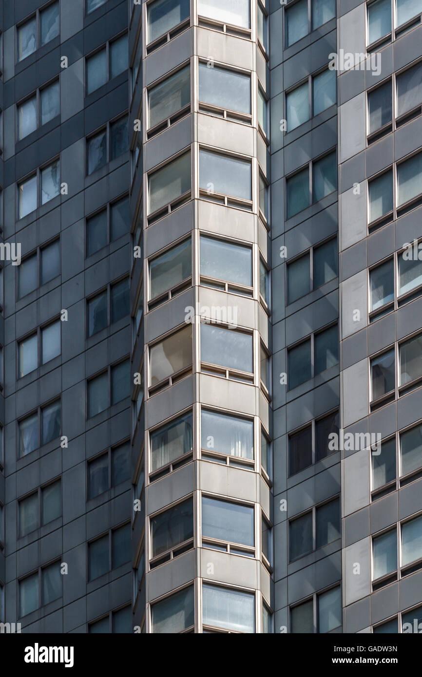 Le finestre di un edificio highrise creando un modello di forme e sfumature Immagini Stock