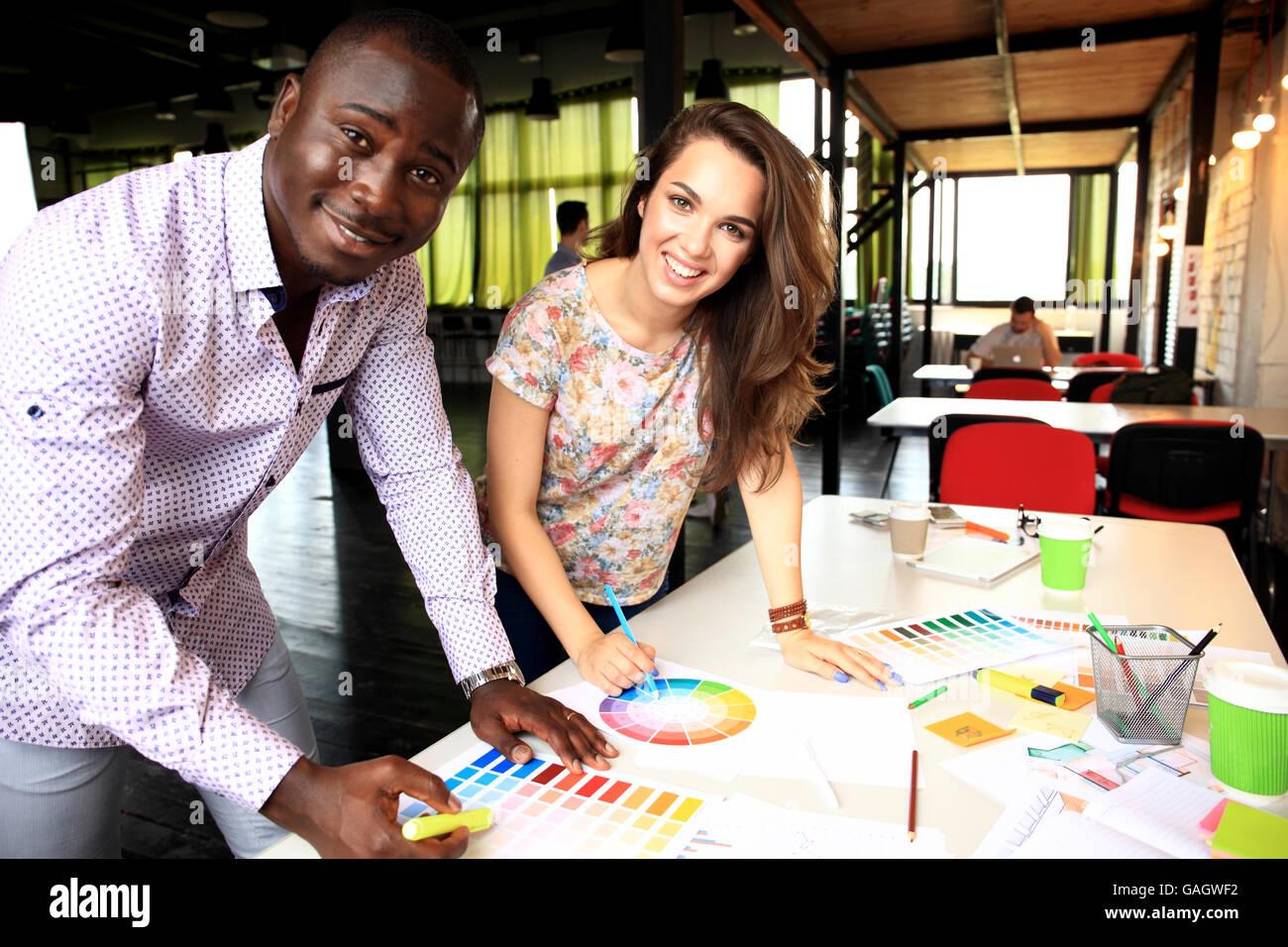 Gruppo di progettisti multietnica il brainstorming Immagini Stock