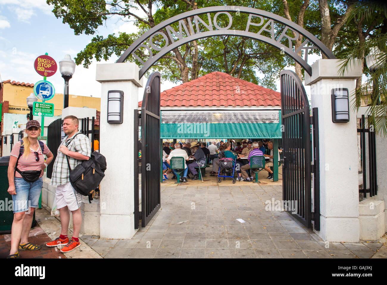 MIAMI, FLORIDA - Aprile 25, 2016: i giocatori a Domino storico parco lungo Calle Ocho in Little Havana. Immagini Stock