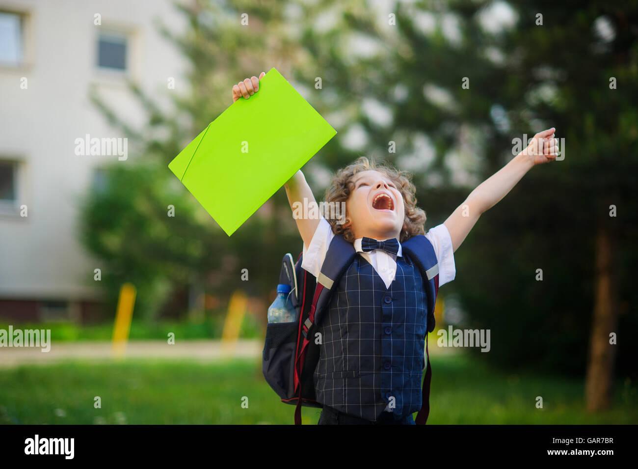 Il scolaro molto arrabbiato. Il ragazzo alzò entrambe le mani e rinserrata i pugni. Egli guardò verso Immagini Stock
