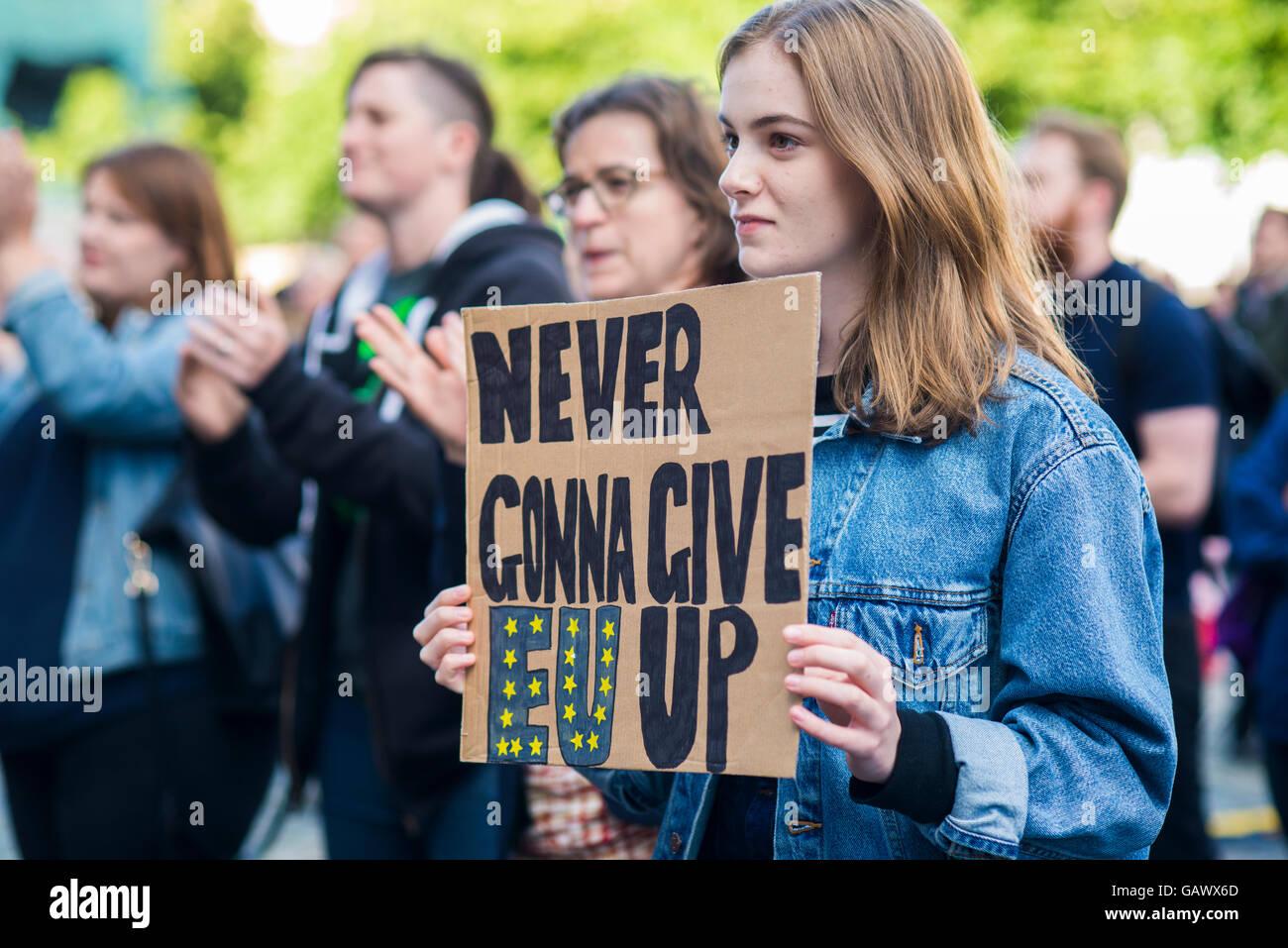 Giovane protestando brexit con segno gonna mai dare UE fino Immagini Stock