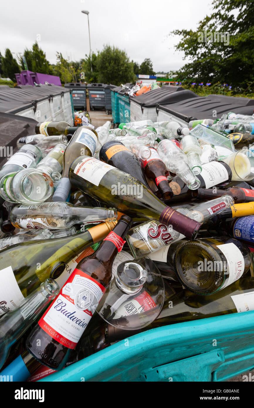 Traboccante di vetro riciclaggio bottle bank in Winchester, Regno Unito Immagini Stock