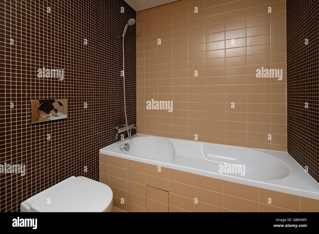 Moderno bagno con piastrelle marrone foto immagine stock