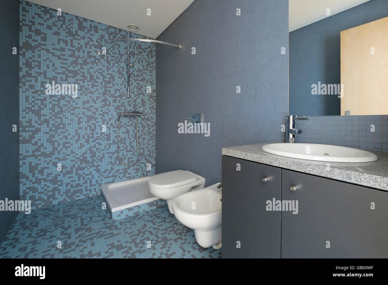 Moderno bagno con piastrelle blu foto immagine stock