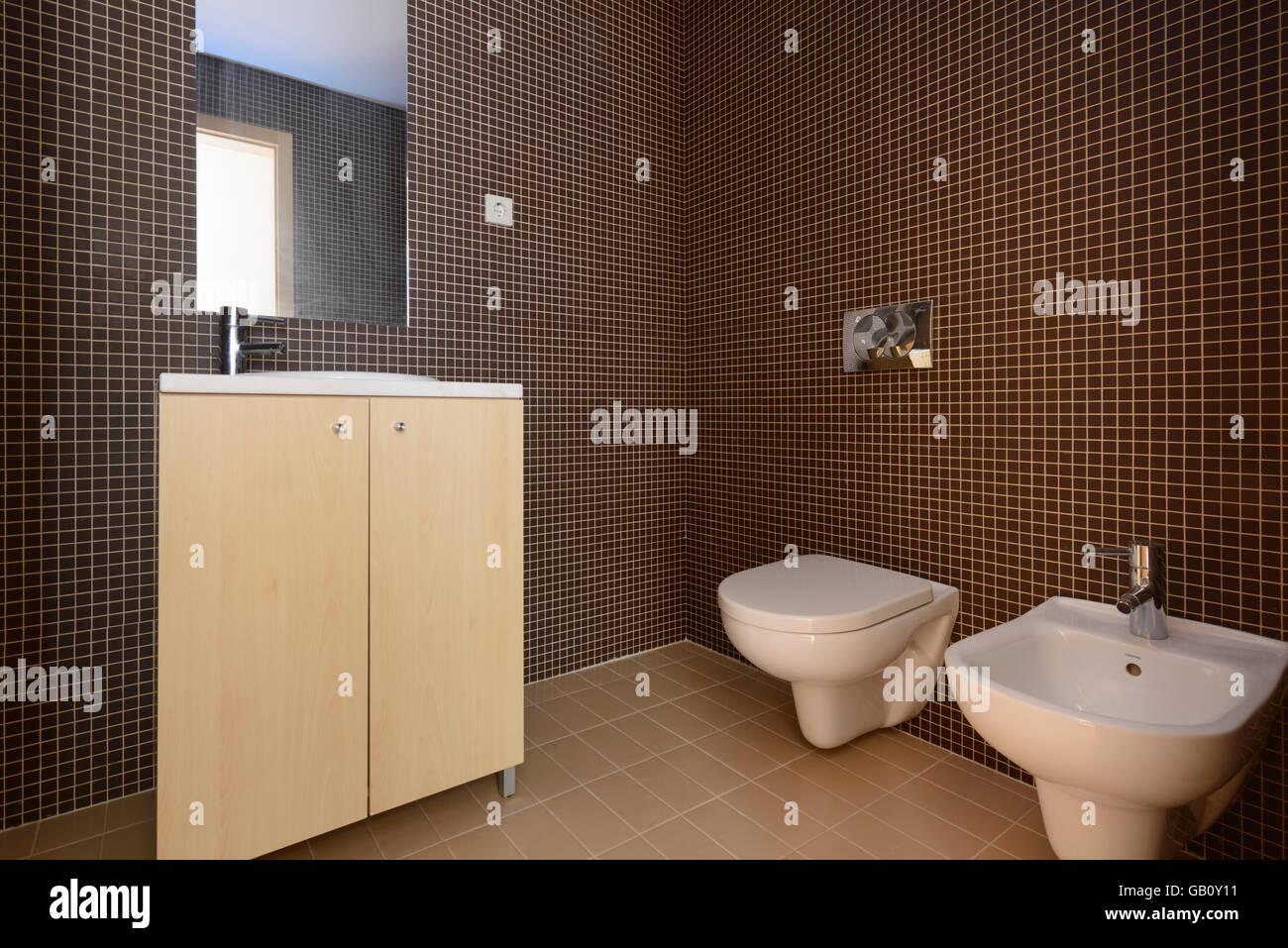 Bagno Marrone Moderno : Moderno bagno con piastrelle marrone foto & immagine stock