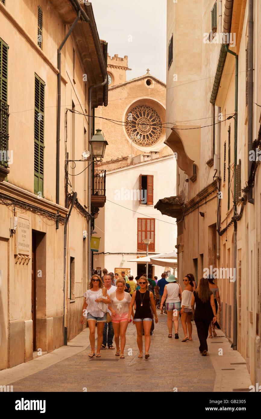 Persone in Pollensa ( Pollenca ) old town center, nord Mallorca ( ) di Maiorca, isole Baleari, Spagna Europa Immagini Stock
