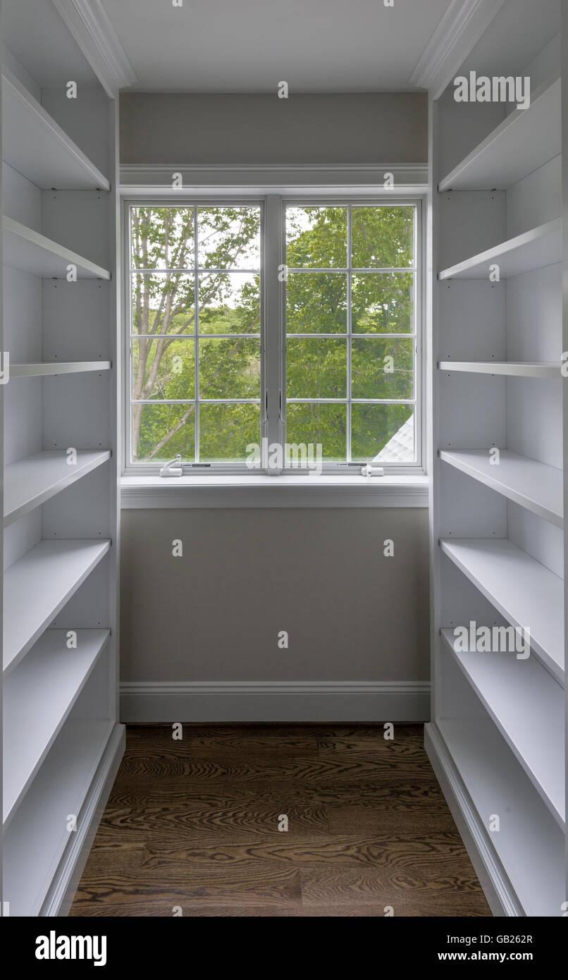Scaffali Per Cabina Armadio scaffali bianchi all'interno di un armadio foto & immagine