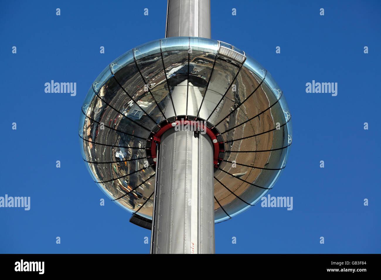Cerca fino a Brighton è di nuovo i360 spostamento torre di osservazione, mostrando il sotto riflettendo la Immagini Stock