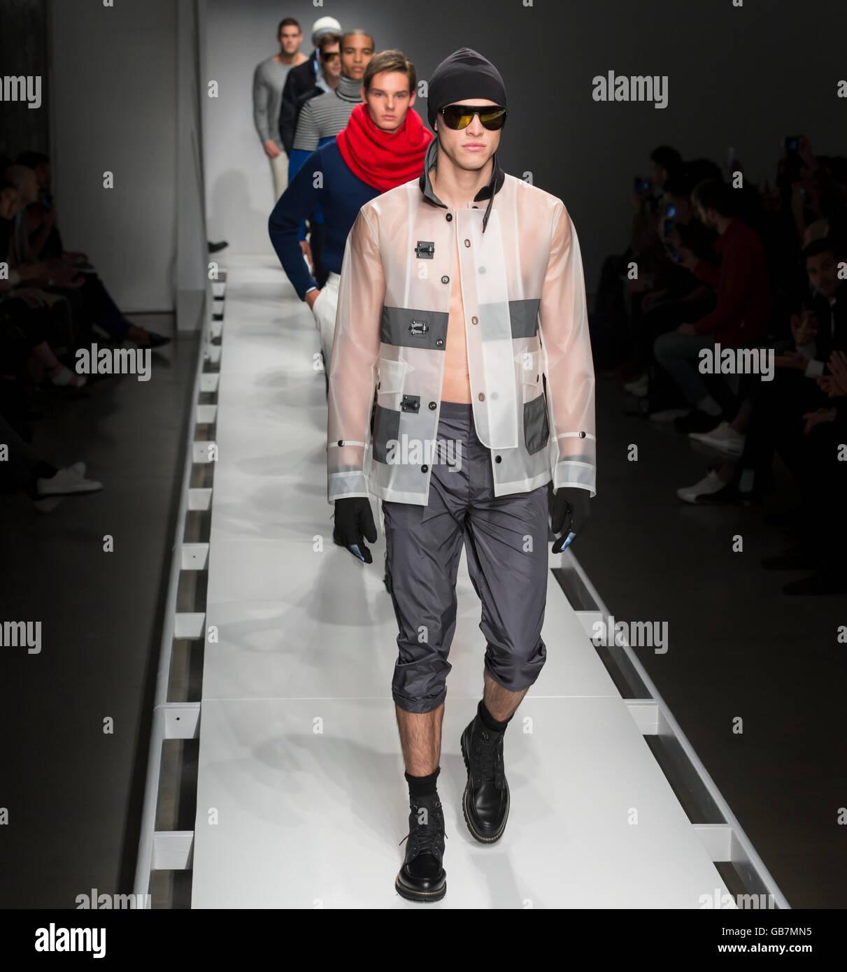 NEW YORK, NY - Febbraio 02, 2016: modelli a piedi la pista alla nautica Uomo Autunno 2016 Fashion show Immagini Stock