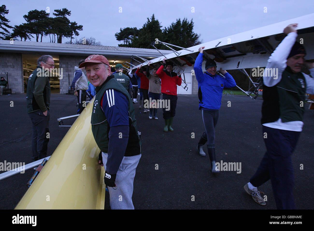 Ambasciatori andare canottaggio sul fiume Liffey Foto Stock