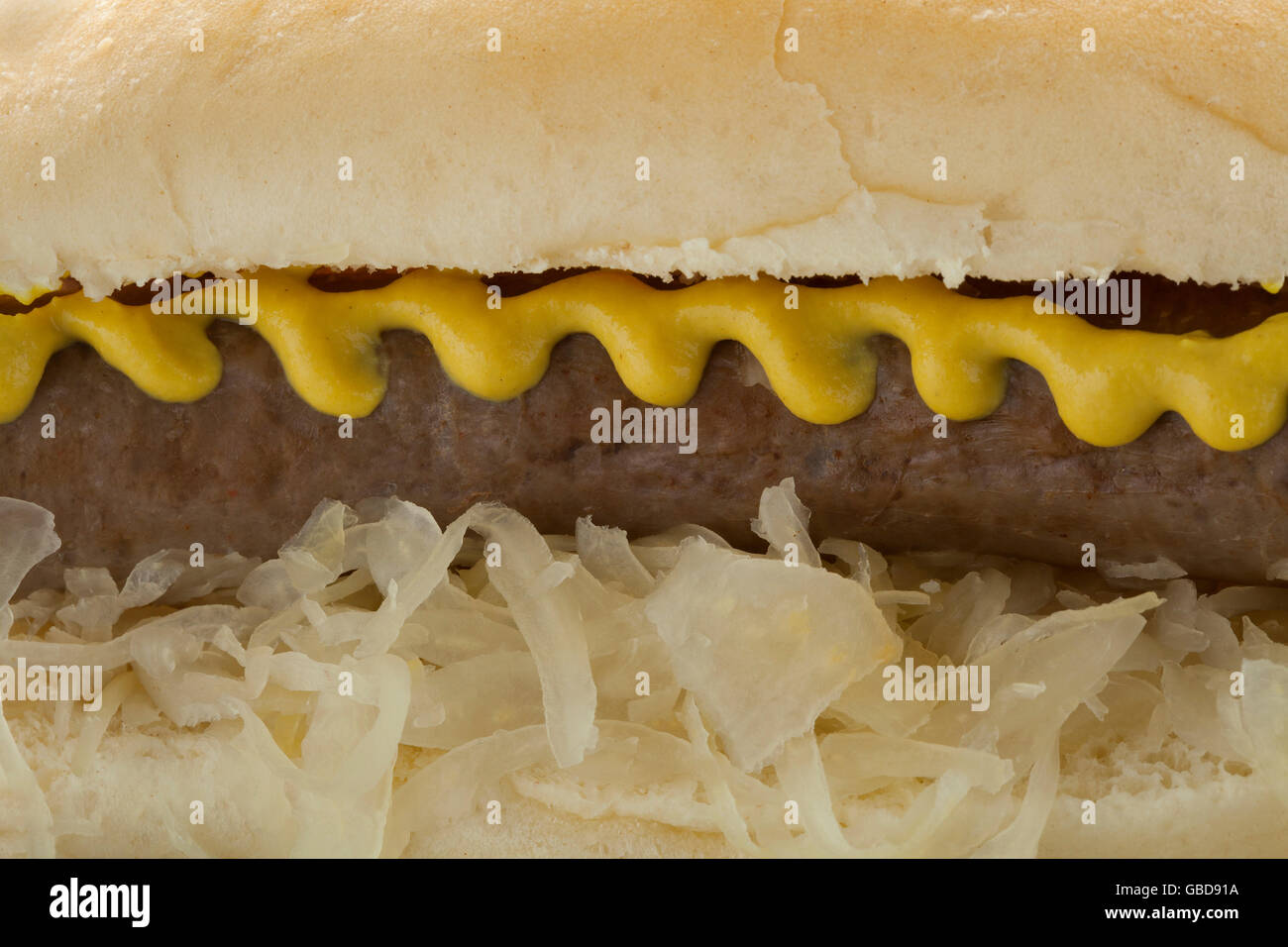 Bun bianco con i crauti, salsiccia e senape close up Foto Stock