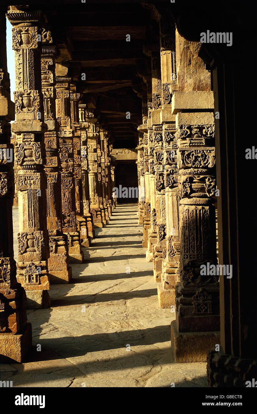 Geografia / viaggi, India Delhi, moschea Quwwat-al-Islam, costruito: dal 1199 sotto Qutb ad Din Aibak, vista interna, Immagini Stock