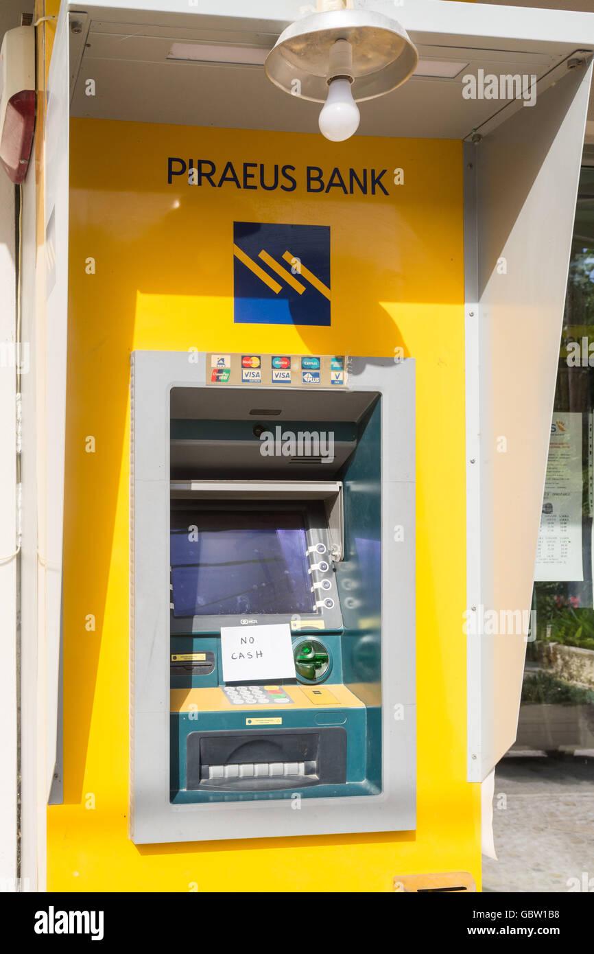 """Svuotare il greco cash dispenser - Pireo Bank cash dispenser con segno dicendo """"no cash - Paxos Grecia, Europa Foto Stock"""