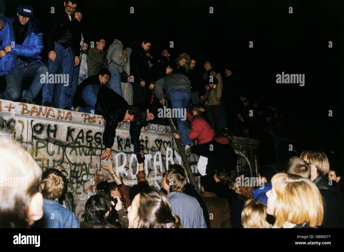 Geografia / viaggi, la Germania, la caduta del muro di Berlino, persone che salgono sul muro di Berlino, 9.11.1989, Immagini Stock