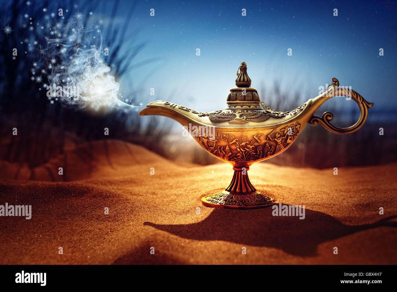 Magia di Aladino lampada Genie Immagini Stock