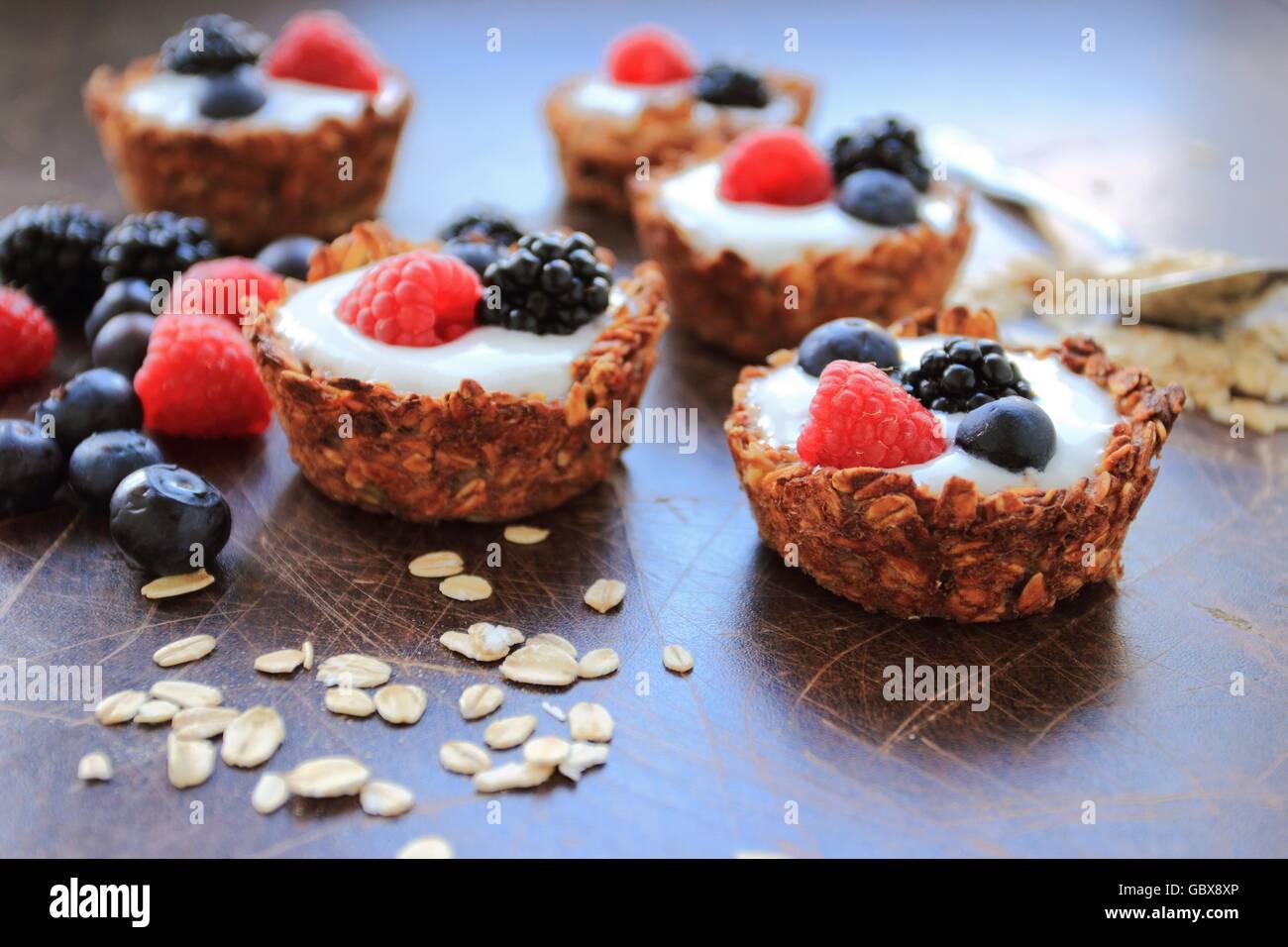 In casa i cookies di avena con frutta fresca Immagini Stock