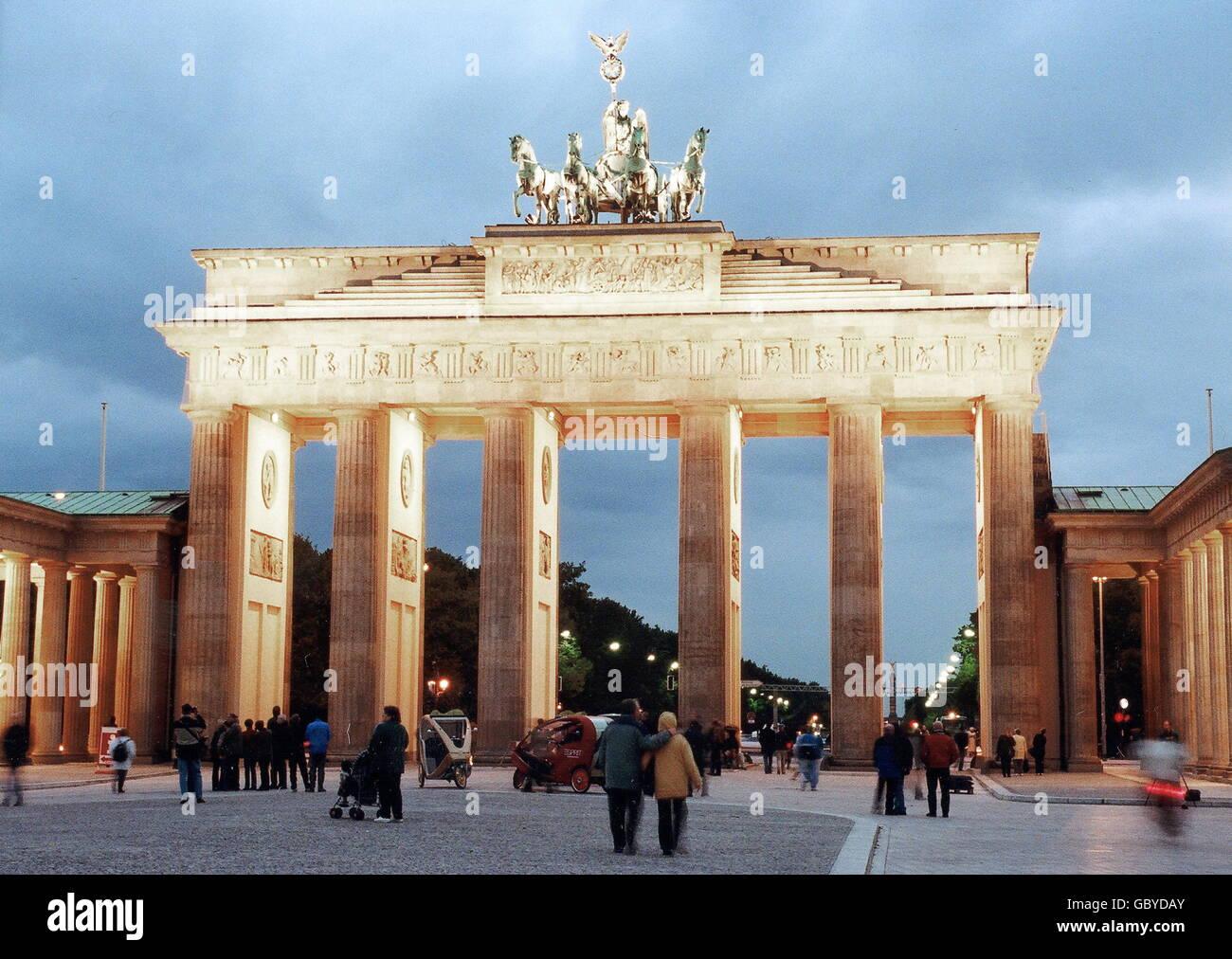 Geografia / viaggio, Germania, Berlino, porta di Brandeburgo, dopo restauro, 3.10.2002, foto notturna, diritti aggiuntivi-clearences-non disponibile Foto Stock