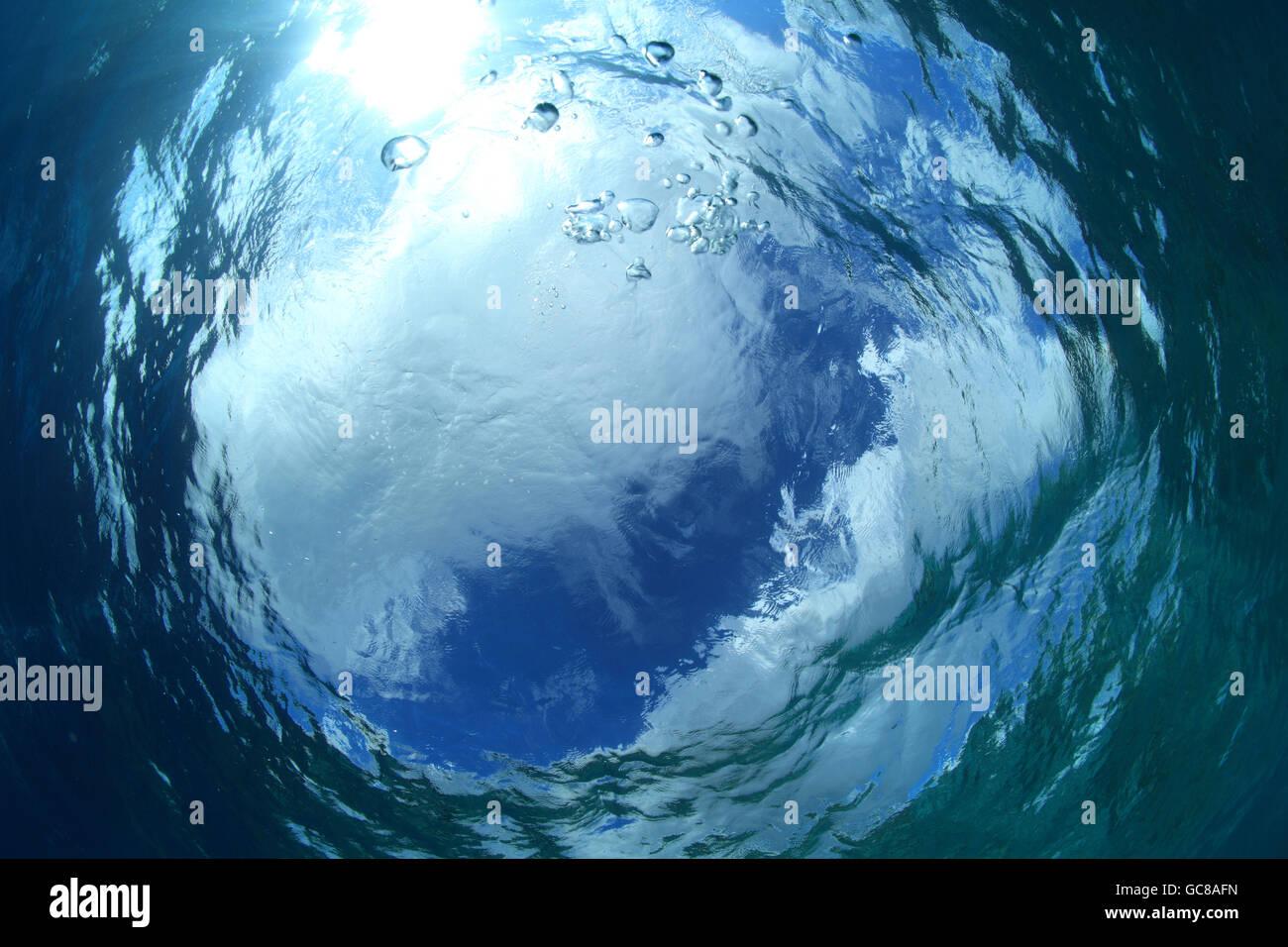 Superficie di acqua e luce solare nell'oceano Immagini Stock