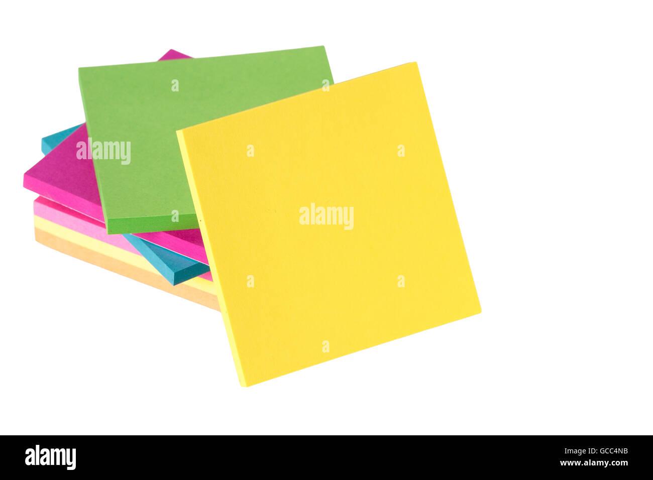 Note colorate isolati su sfondo bianco Immagini Stock