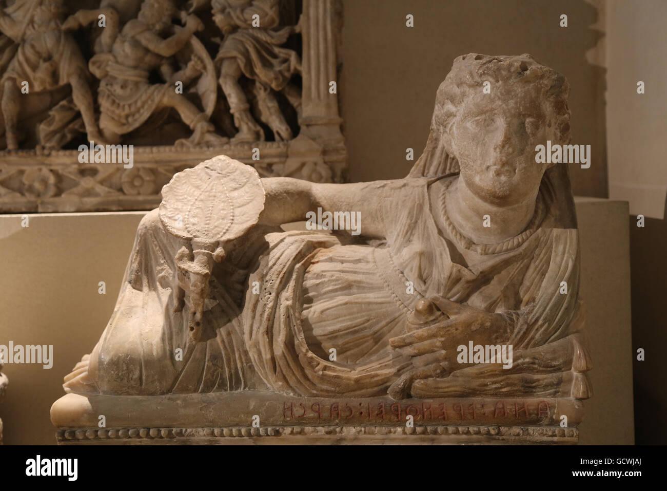 Arte etrusca. Urna cineraria. Effige del defunto. Donna che indossa gioielli e tenendo un ventilatore nella mano Immagini Stock