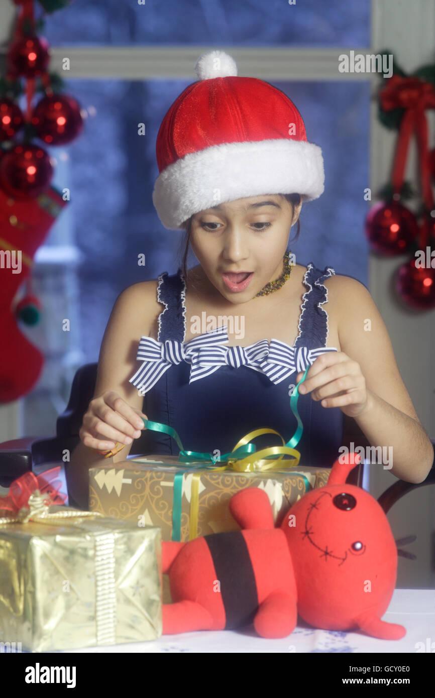 Regali Di Natale Per Ragazze 12 Anni.Ragazza 12 Anni Scartare I Regali Di Natale Foto Immagine Stock